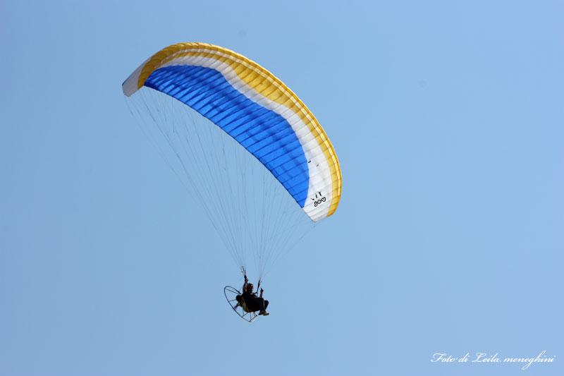 Fotografia di un paracadute in tutta la libertà del cielo
